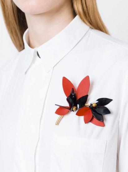 Брошка на белой женской рубашке