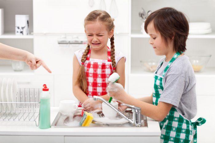 Девочка с мальчиком моют посуду
