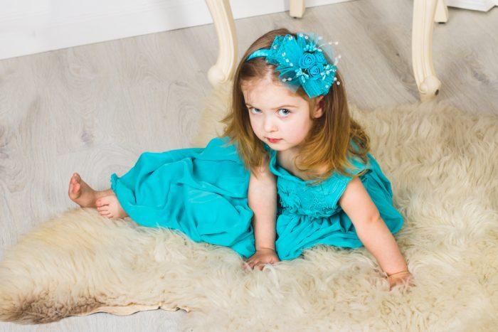девочка в голубом платье с бантом