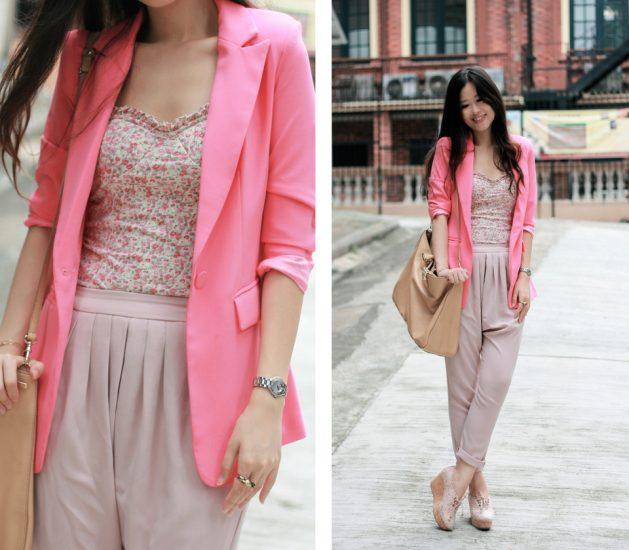 Девушка в брюках и розовом пиджаке