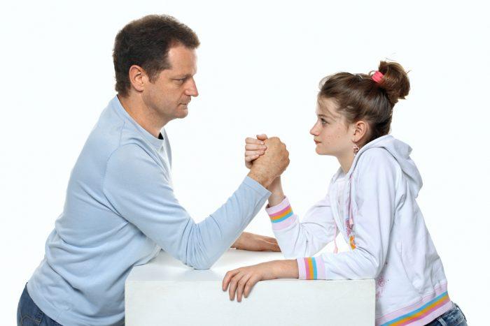 Девушка меряется силой с отцом