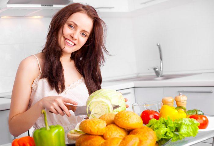 Девушка на кухне режет капусту