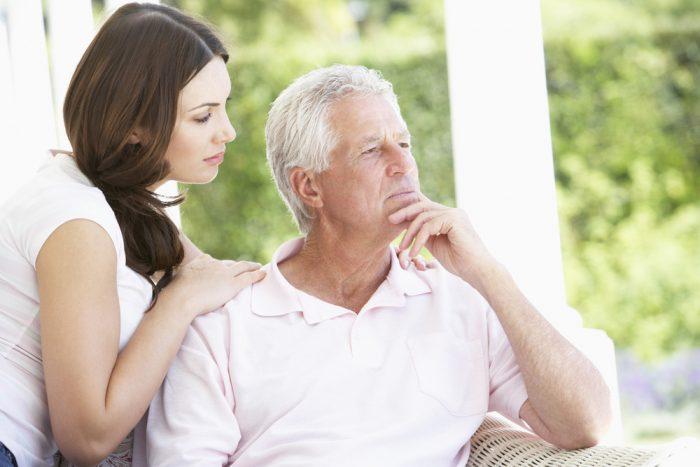 Девушка положила руку на плече седому отцу