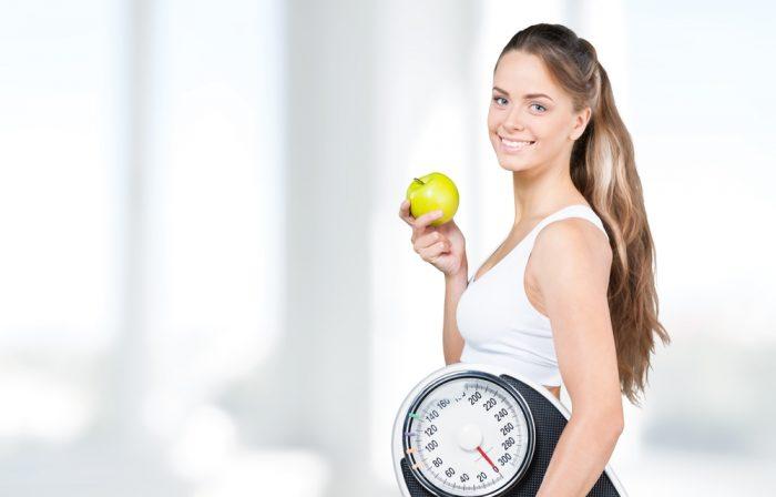 Девушка с яблоком и весми