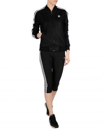 Девушка в черном спортивном костюме