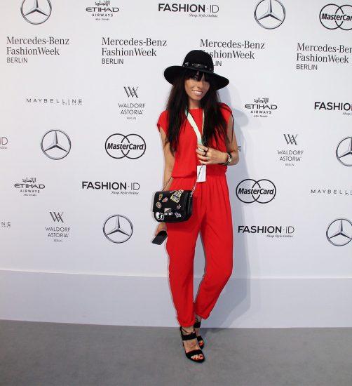 Девушка в черной шляпе и в красном комбинезоне