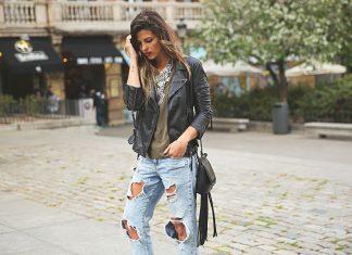Девушка в джинсах-бойфрендах и в кожаной ветровке