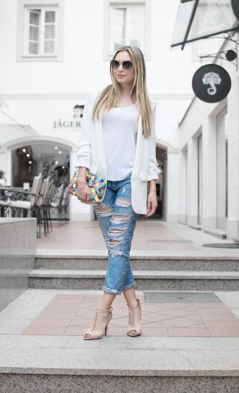 Девушка в джинсах-бойфрендах и в белом пиджаке
