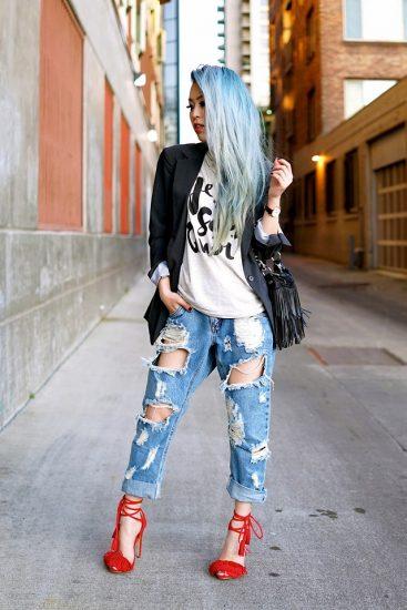 Девушка в джинсах-бойфрендах и в красных босоножках