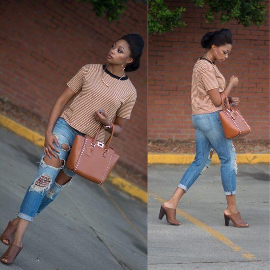 Девушка в джинсах-бойфрендах и полосатой футболке