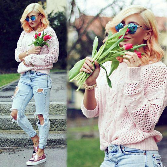 Девушка в джинсах-бойфрендах и в розовом свитере с тюльпанами