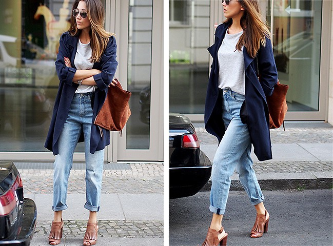 Девушка в джинсах-бойфрендах и в синей накидке