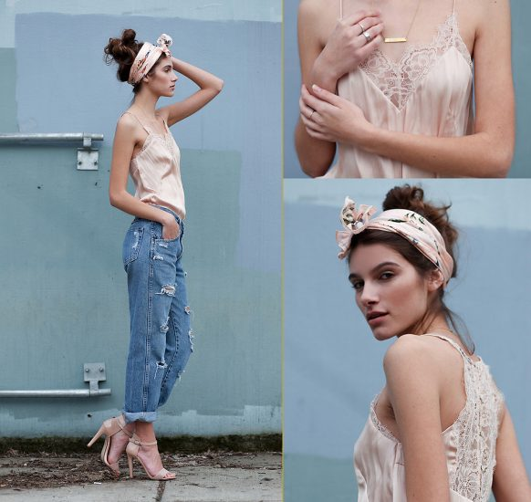 Девушка в джинсах-бойфрендах и с повязкой на голове