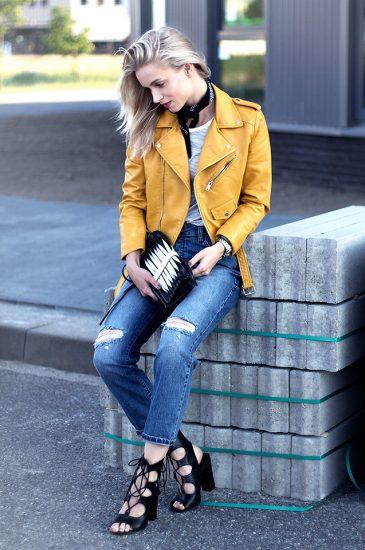 Девушка в джинсах-бойфрендах и желтой ветровке