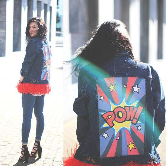 Девушка в джинсовой ветровке с красными перьями