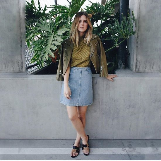 Девушка в джинсовой юбке и зеленой ветровке