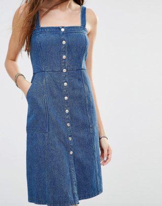 Девушка в джинсовом сарафане ниже колена