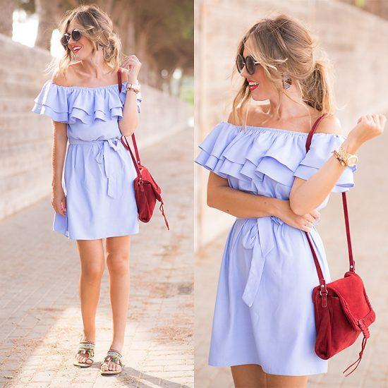 Девушка в фиолетовом платье и с красной сумкой