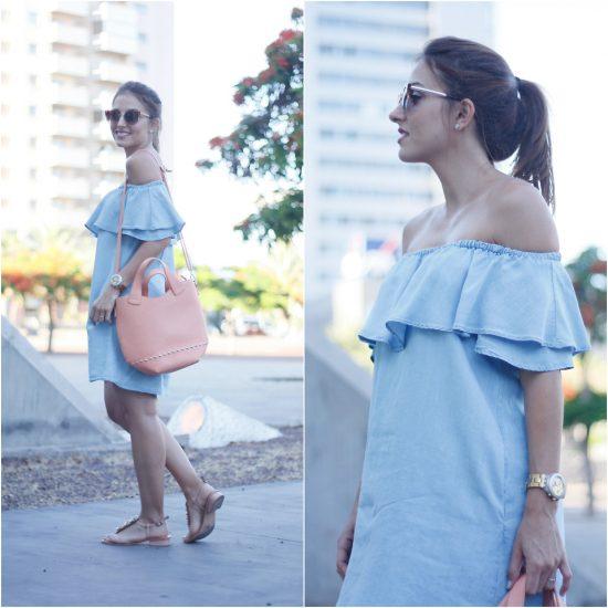 Девушка в голубом сарафане и с розовой сумкой