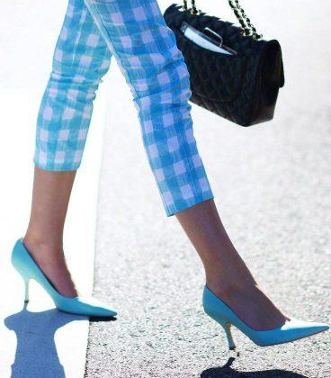 Девушка в капрях в клеткуи голубых туфлях