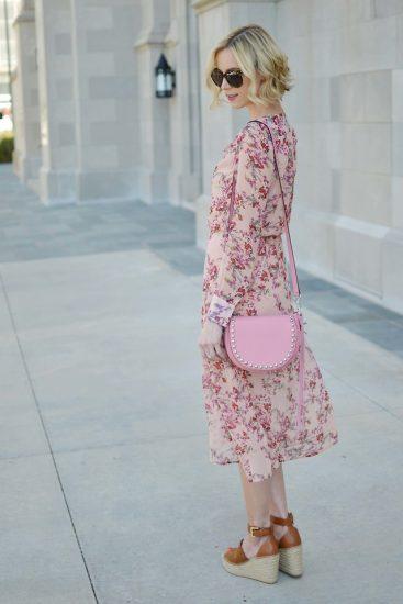 Девушка в платье с цветочным принтом