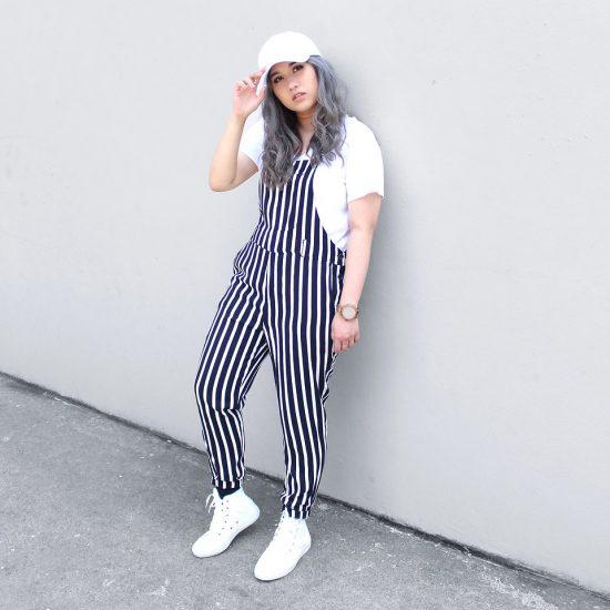 Девушка в полосатом комбинезоне и в белой кепке