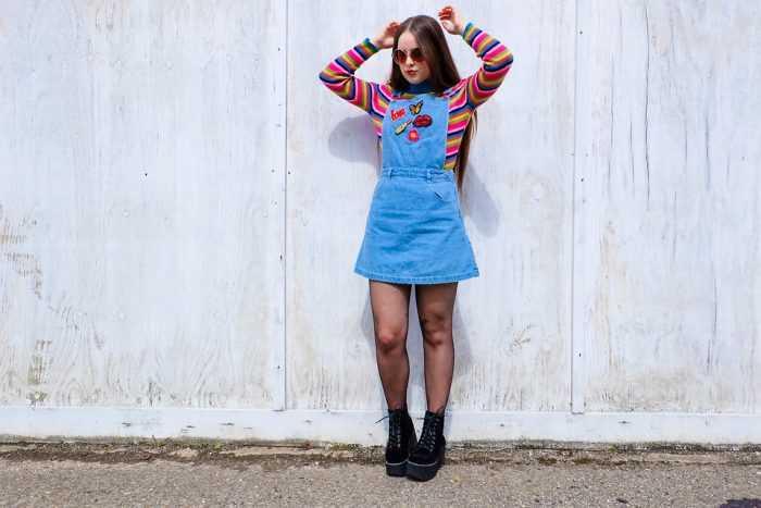 Девушка в полосатой кофте и в джинсовом сарафане