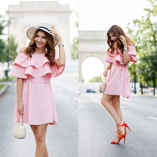 Девушка в розовом платье и с белым клатчем