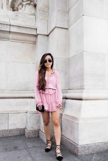 Девушка в розовом платье,черной сумкой и в босоножках на завязках