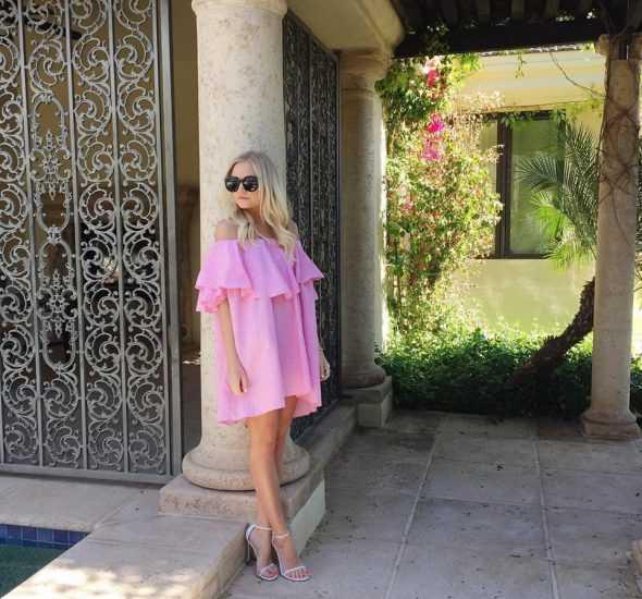 Девушка в розовом платье и в черных очках