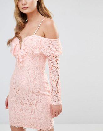 Девушка в розом платье с открытыми плечами