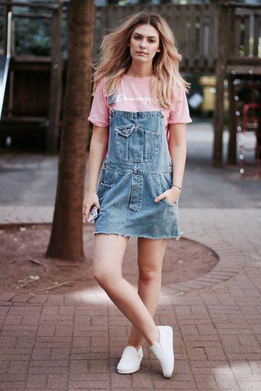 Девушка в розовой футболке и в джинсовом сарафане