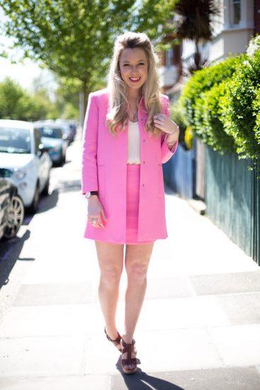 Девушка в розовой юбке и розовом пиджаке