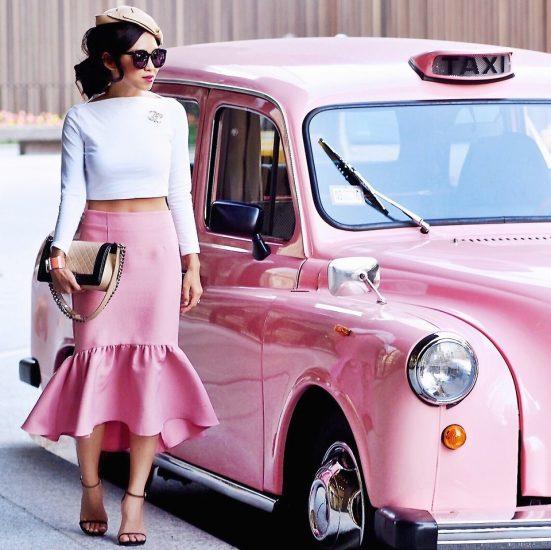 Девушка в розовой юбке возле розовой машины