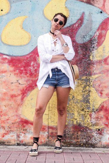 Девушка в шортах и белой кофте