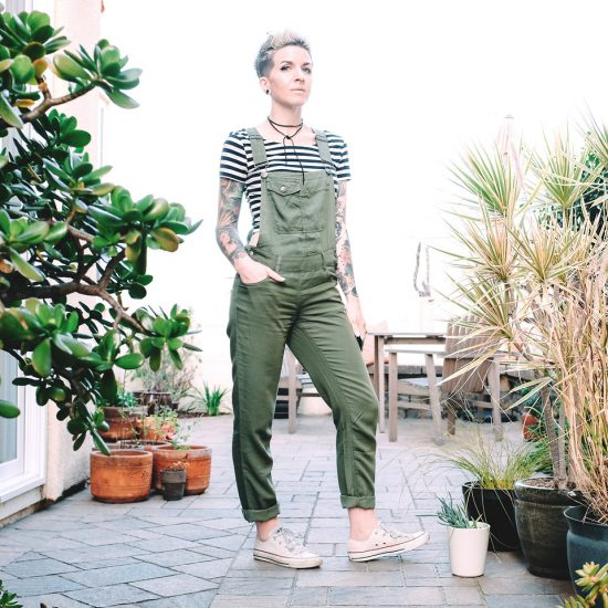 Девушка в зеленом комбинезоне
