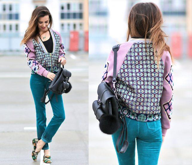 Девушка в зеленых джинсах и с рюкзаком