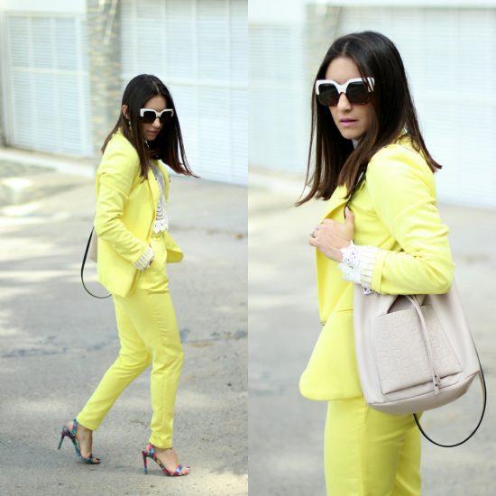 Девушка в желтом брючном костюме