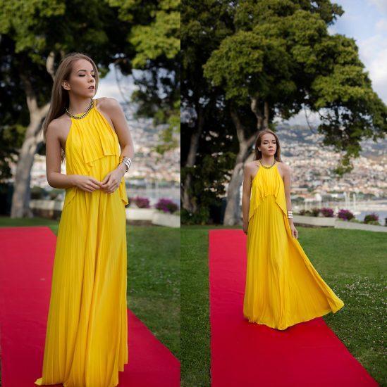 Девушка в длинном желтом платье на дорожке красной в парке