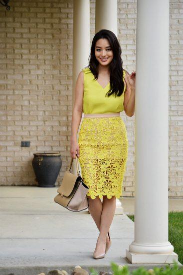 Девушка в кружевном желтом платье