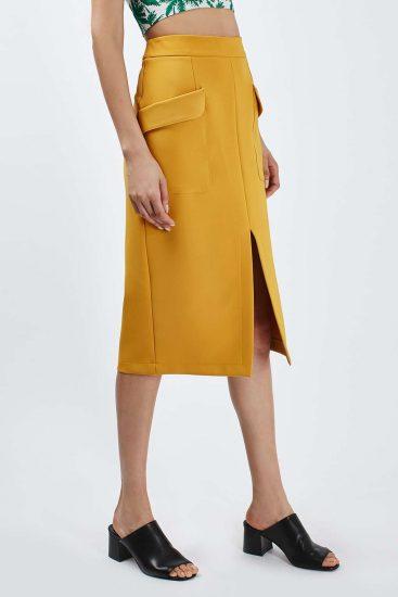 Девушка в желтой юбке миди