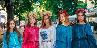 Девушки в разноцветных вышиванках