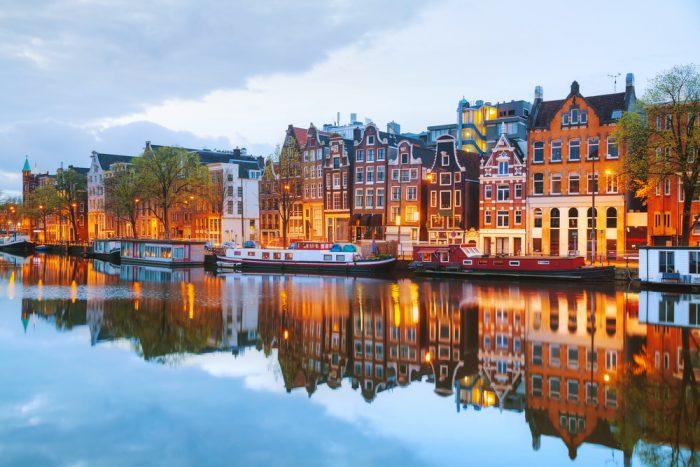 Дома над рекой в амстердаме