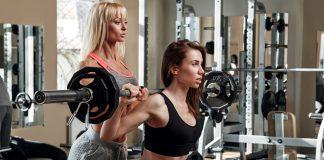 Две девушки в тренажерном зале