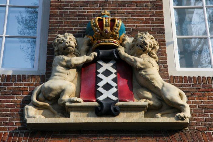 Герб Амстердама на старом доме в центре города