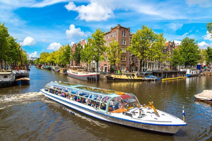Экскурсионный кораблик на канале в Амстердаме