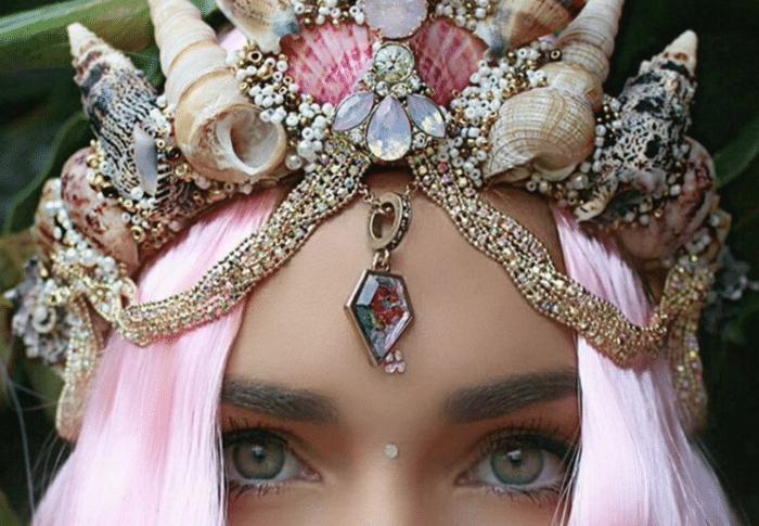 Корона русалки на голове у девушки с розовыми волосами