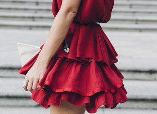 Красное платье с оборками на девушке