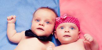 Мальчик и девочка на голубом и розовом покрывалах