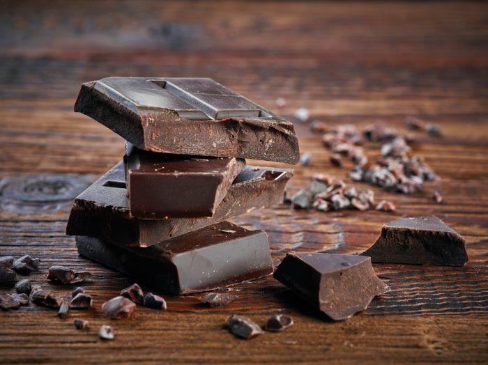Кусти горького шоколада на деревянной поверхности